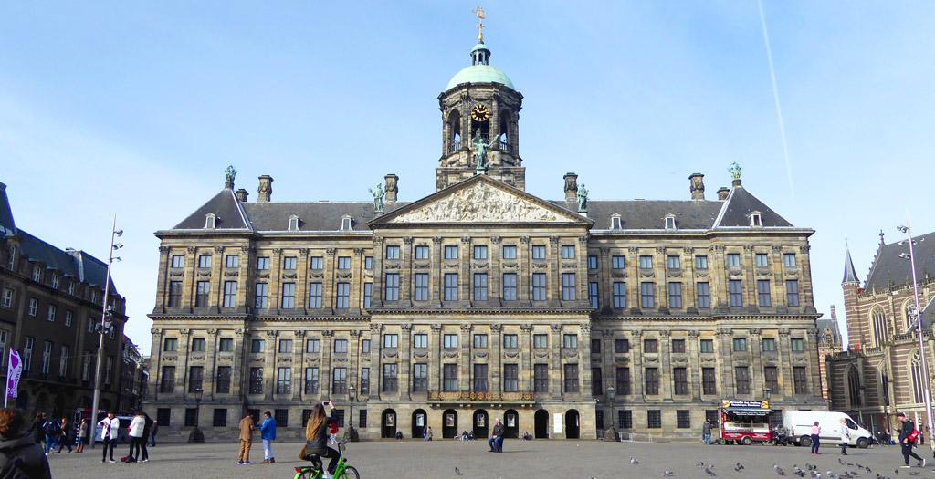 El Palacio Real de Ámsterdam se encuentra en la Plaza Dam