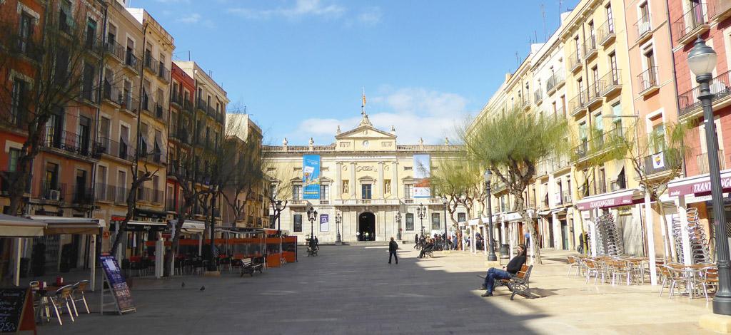 La plaza de la Fuente con el Ayuntamiento de Tarragona al fondo
