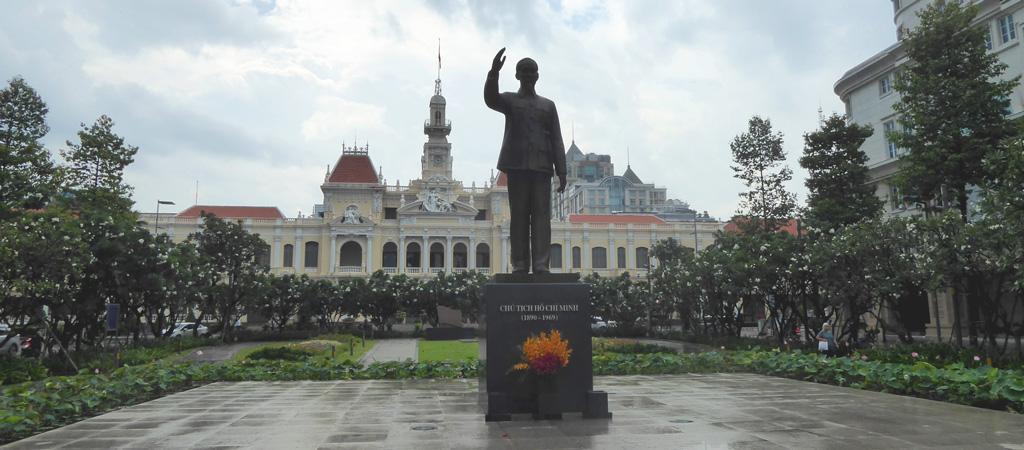Frente a las puertas del Ayuntamiento de la ciudad del mismo nombre, un pequeño parque donde una enorme estatua de Ho Chi Minh