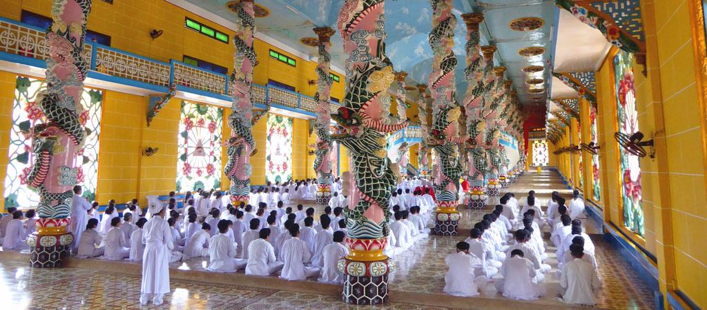 Ceremonia en el Templo de Cao Dai