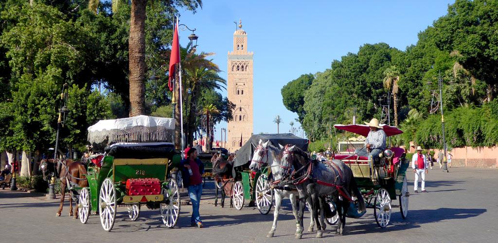Vistas de la mezquita Koutoubia desde la Plaza de Yamaa el Fna en Marrakech