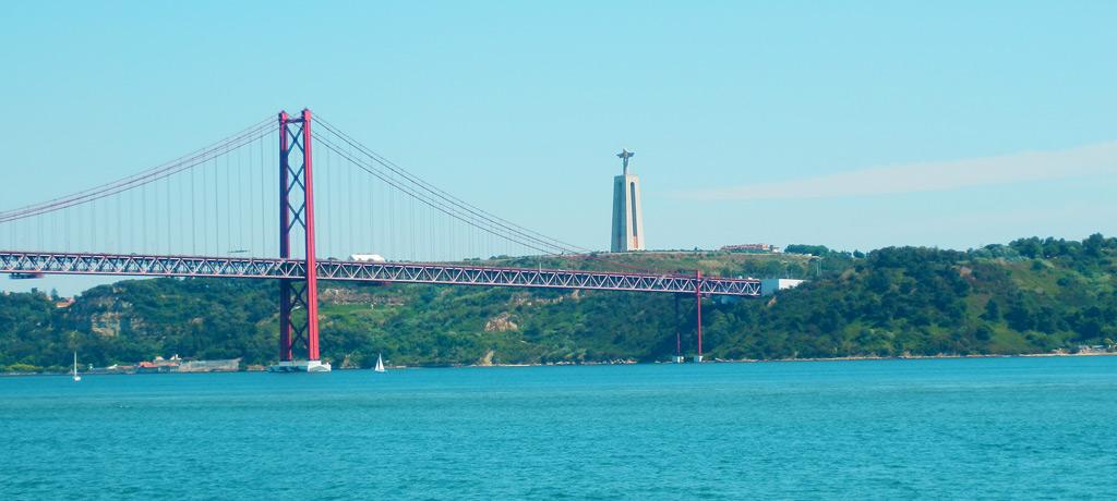 Vistas del Ponte de 25 de Abril y del Santuario Nacional del Cristo Rei