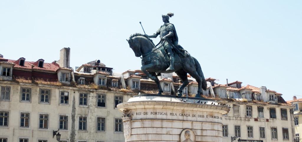 La estatua ecuestre de Juan I en la Plaza de Figueira (Praça Figueira)