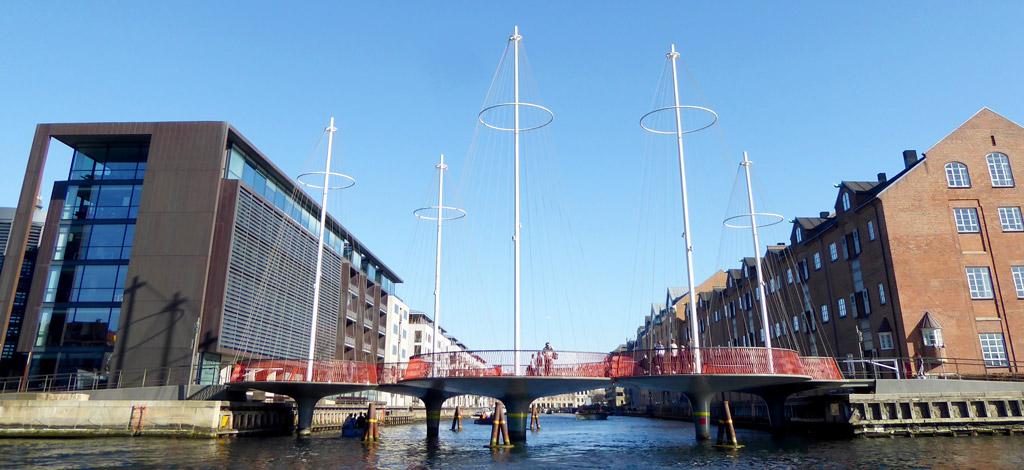El Puente del Círculo cruza la boca sur del Canal Christianshavn en el área de Christianshavn en el centro de Copenhague.