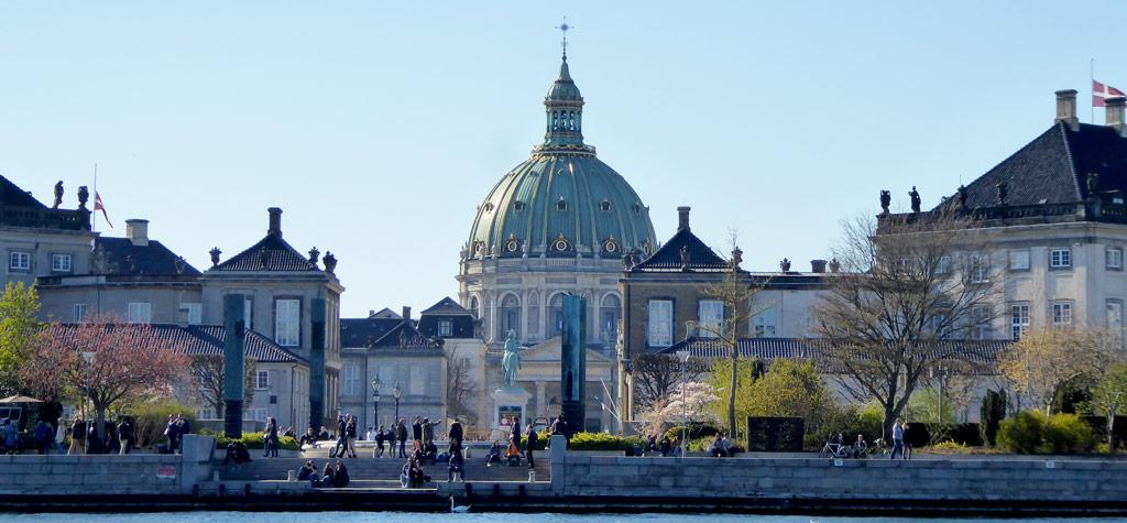 Vistas del Palacio Amalienborg desde el canal