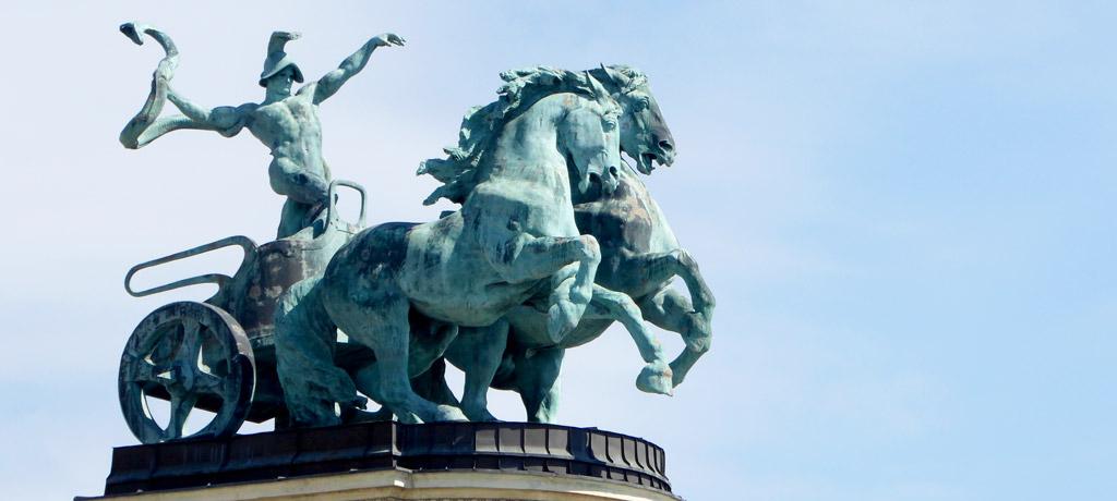 Estatuas del Monumento del Milenio en la Plaza de los Héroes de Budapest