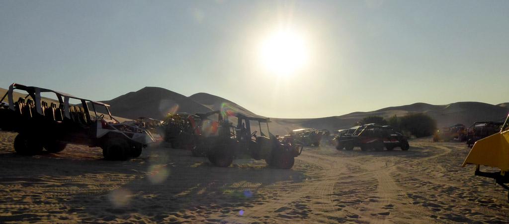 Actividad en buggy por las dunas del Oasis de Huacachina, en Perú