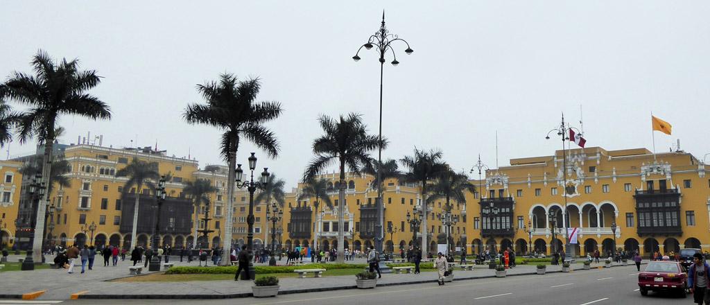 Vistas del Palacio Municipal de Lima y otros edificios de la época en la Plaza de las Armas de Lima, Perú